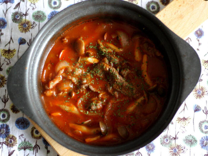 パンにもご飯にもあう和洋鍋はいかが?トマトジュースと白だしでマイルドな酸味とコクが感じられます。最後にパセリと粉チーズをかけて頂きましょう。