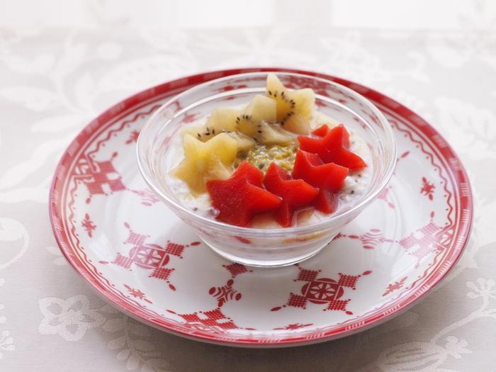 砂糖を使わずトマトジュースを寒天で固めたヘルシーなトマト寒天ゼリー。そのまま食べても、型抜きしてヨーグルトにトッピングしてもかわいいですね。甘くないのでサラダにトッピングしても◎。