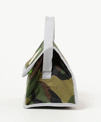 しっかりとした作りでポップなデザインは大人でもお弁当バッグで使いたくなりそう。さらにペタンコに折り畳めるので、バッグの中でもかさばらずに持ち歩けます。サイズは約幅21×高さ18×マチ13cmと、大きさも子供が持つのにちょうど良くて◎。