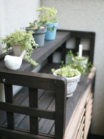 室外機カバーは上に物を置くスペースがあるものも。小さな鉢植えや雑貨などを置く棚として使えます。レイアウトの幅が広がりそう!