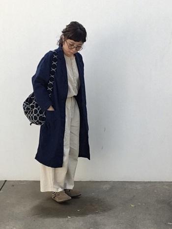 ユニクロのリネンコットンコートはちょっと肌寒いときの羽織りにぴったりなナチュラル感。ネットを使えば洗濯機で洗える手軽さも◎