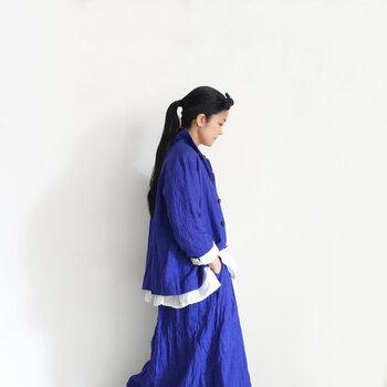 シャツのようにやわらかなリネンジャケットは、真っ白なカットソーの上から羽織ってシンプルに。ブルーのスカートと合わせれば、全体の色味に統一感が生まれます。