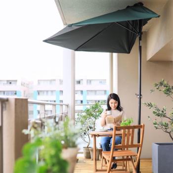 暑い時期でも快適に過ごすには、パラソルやシェードで日よけするのがおすすめ。写真のように、場所を取らずに使えるパラソルもあります。シェードはベランダだけでなく、室内も日差しを遮られて涼しくなるのがメリットです。