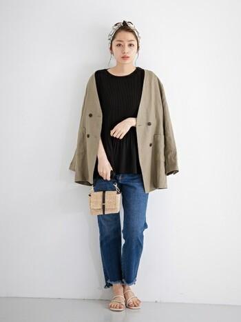デニム×Tシャツのカジュアルな組み合わせも、リネンジャケットをプラスすることでナチュラルな印象に。かごバッグが夏らしい季節感をプラスしています。