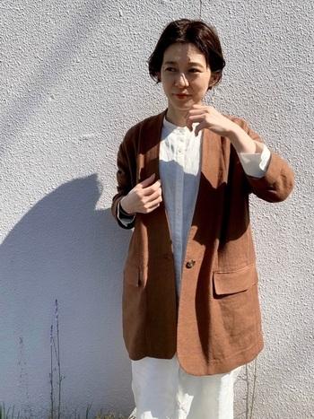 ブラウンのノーカラージャケットをリネンシャツワンピースにプラスすれば、涼しげでナチュラルなコーデが完成。大人っぽくも柔らかな雰囲気が印象的です。