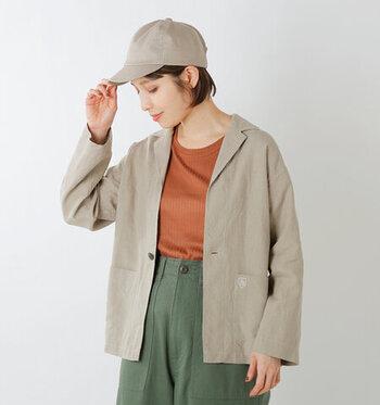 テーラードジャケットをシャツ感覚でさらりと。オレンジ×カーキのカジュアルなコーデに、ちょうどいいかっちり感をプラスしてくれます。