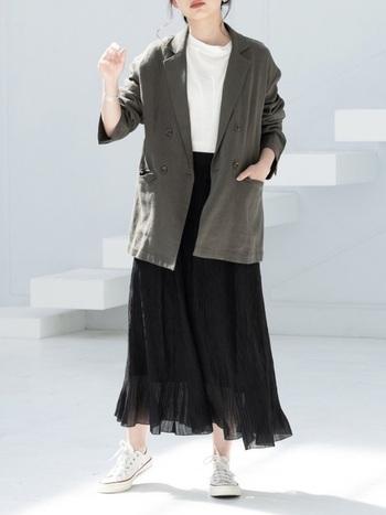 ダブルジャケットもオーバーサイズなら、気負いのない抜け感のある着こなしに。透け感のあるシフォンスカートと合わせて、女性らしさにバランスを。