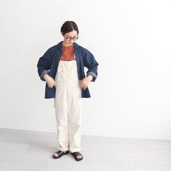 ショールカラーのデニムジャケットは、どこかかわいらしい印象に。白のオーバーオールの上から羽織れば、爽やかな夏らしいカジュアルスタイルに。