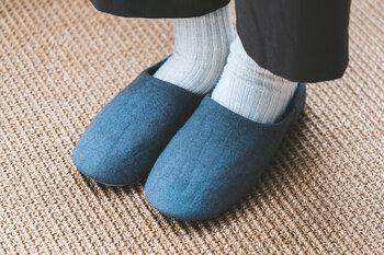 リネンの産地である浜松で丁寧に織られた国産リネンを使用した、肌さわりの心地よいスリッパ。肉厚のリネン生地で、足にやさしくフィットする履き心地です。