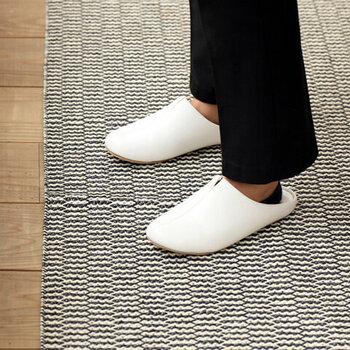 1足ずつ靴型を使って丁寧に作られた、靴屋さんのスリッパ。履き心地が良く、型崩れもしにくく、脱ぎ履きもとってもスムーズです。合成皮革の素材を使用しているから、汚れたらサッと拭き取れて機能的。