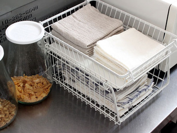 ワイヤーバスケットに、布巾やキッチンクロスを収納。ワイヤーバスケットなら通気性も良いので衛生面もバッチリ!  スタッキングできるタイプなら、キッチンのデッドスペースも有効活用できます。