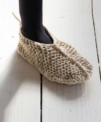 ひとつずつ手編みで作ったランダムな色の配置と、手作りならではの素朴で愛くるしい形状が特徴です。