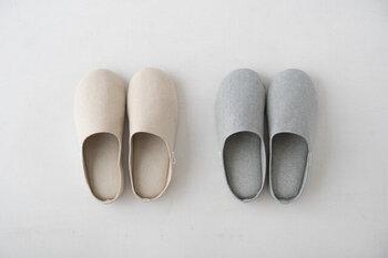 和紙とくまざさの長所を融合させて誕生した生活素材「ささ和紙」を用いてつくられたスリッパ。