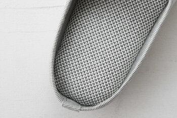 綿の約2倍の吸水力があり水分の後戻りがほとんどないため、汗をかいてもべとつかずいつもサラサラ。素足で履いても快適です。