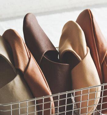 オールレザーで仕上げられた、ラグジュアリー感漂うスリッパ。柔らかなピッグスキンを使用し、素足で履いてもしっとりと心地よい使用感です。