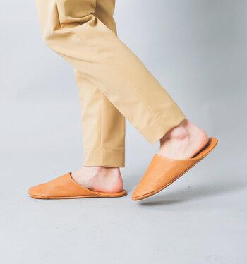 無駄な装飾を極限まで省いたシンプルなデザインだから、素材の良さが際立ちます。天然皮革製で通気性が良く、夏に素足で履いても蒸れにくく快適。