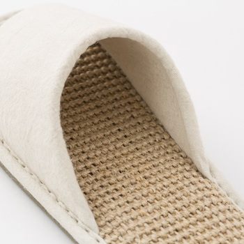 麻のさらりとした肌触りと表面の凹凸感のおかげで、汗をかいてもべたつかず素足で気持ち良い履き心地。