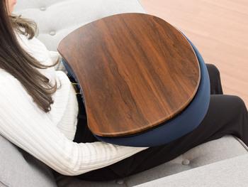 部屋が狭いのでなるべく物を置きたくない、でも軽食を取れるようなちょっとしたテーブルがあればいいのに…というときに重宝するのがこちらのテーブルクッション。  その名の通り、クッションとテーブル両方の機能が備わっている、便利なグッズなんです。