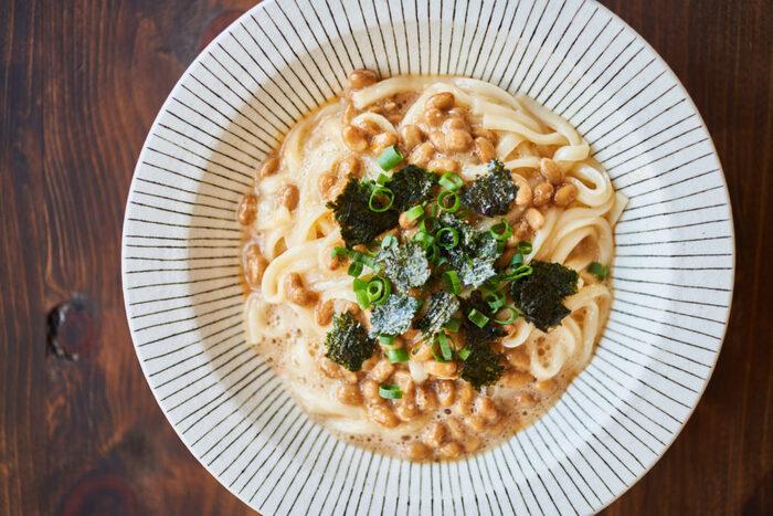 納豆入りで健康的なカルボナーラ風うどん。卵液に納豆を混ぜ、チンした冷凍うどんを入れて和えるだけなので、フライパンを使うことなくとっても簡単です。
