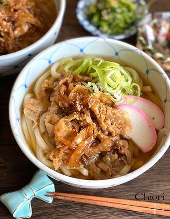 甘辛味に炒めた豚バラ肉を乗せた食べ応えアリの肉うどん。忙しい時の晩御飯にもおすすめです。豚肉が硬くならないように手早く調理するのがポイント。