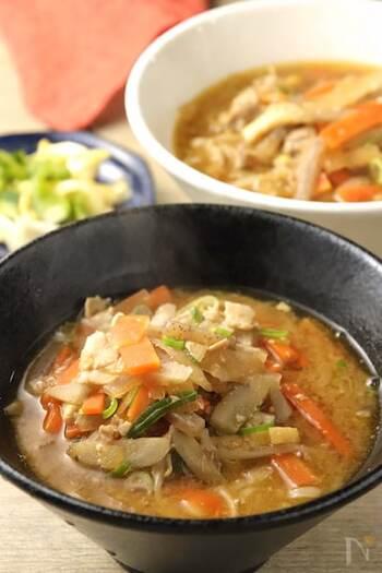 大根やニンジン、ゴボウなどの根菜がたっぷり入った豚汁にうどんを入れた体があたたまるレシピ。たくさんの具材が入っているので栄養もばっちり。疲れた日におすすめのうどんレシピです。