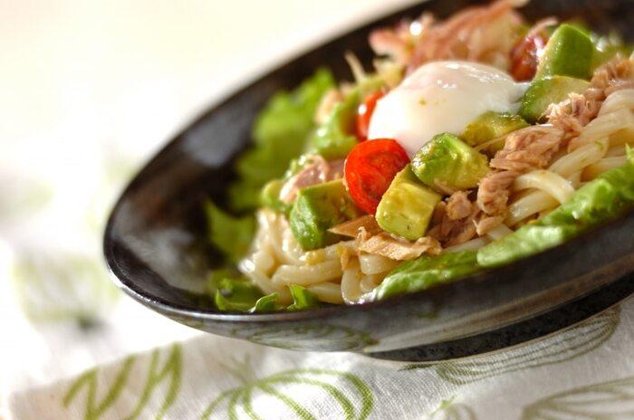 アボカドやトマトで彩りがきれいなサラダうどん。めんつゆと柚子胡椒を混ぜたタレを使うので風味よく仕上がります。ツナ缶がコクをプラスし、シンプルな味付けでもおいしくいただけます。