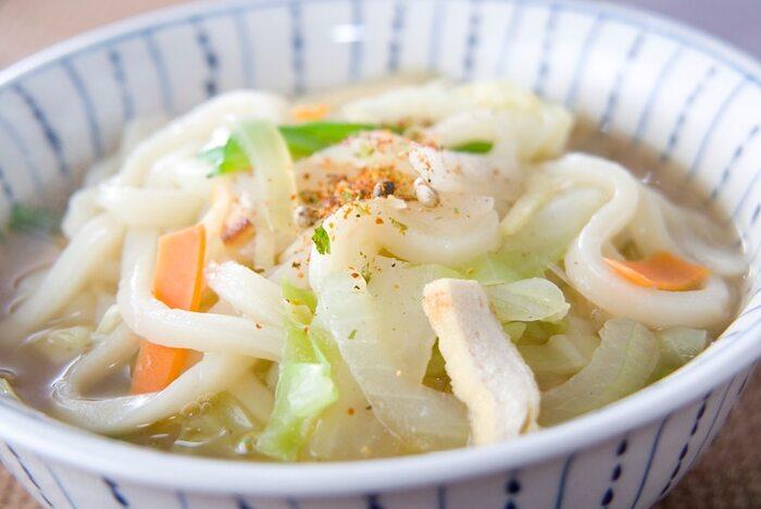 たっぷり野菜のブイヨンスープにうどんを入れた、やさしい味わいのスープうどん。あっさり味で子供にもおすすめです。好みで七味唐辛子を入れてアクセントをプラスするのもおすすめ。