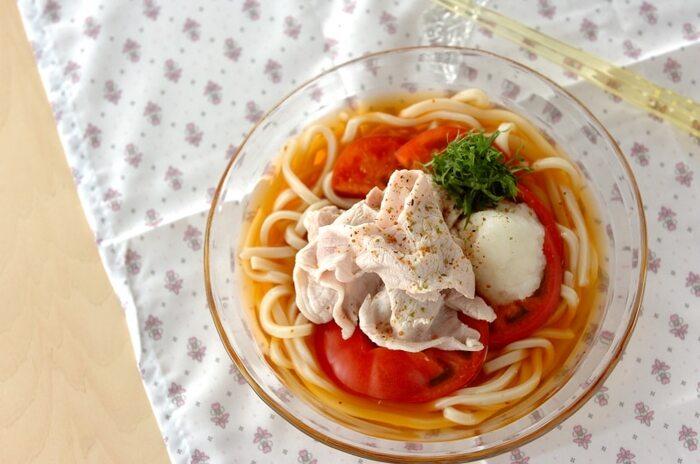 トマトと冷しゃぶの冷やしうどんのレシピです。大根おろしをのせてさっぱりと頂きます。昆布とかつおから取ったお出汁がおいしさの秘訣!