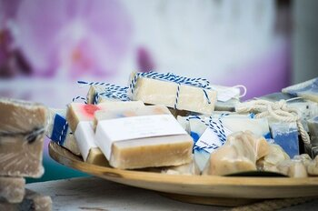 実は石鹸は、材料さえ揃えれば意外と簡単に手作りできるんです。自分で作った石鹸を使うと、手の洗い方も自然と丁寧になるはずですよ。ぜひチャレンジしてみましょう♪