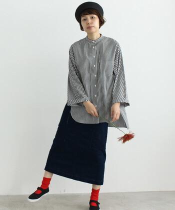 タイト目なデニムスカートは、ボリューム感のあるブラウスを合わせるとバランスがよくなります。今年流行りのバンドカラーのブラウスを選んで、トレンドコーデに挑戦してみてはいかがでしょうか。