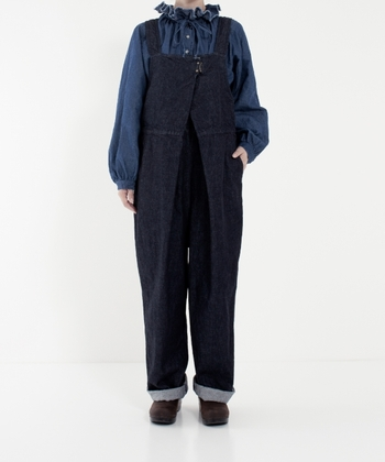 デニムのサロペットに、同じくデニムのブラウスを合わせてみるのはいかがでしょうか。こなれ感のあるおしゃれ上級者コーデの完成です!襟や袖にボリューム感のあるものを合わせると、かわいらしい雰囲気になりますよ。