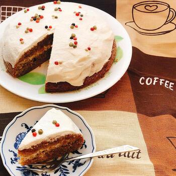 デコレーションケーキも炊飯器を使えばラクラクです♪ほろ苦い大人な味わいのコーヒーケーキには、カラフルペパーでデコレーションをすると、ピリッとした本格的な味わいと可愛い見た目に仕上がりますよ。