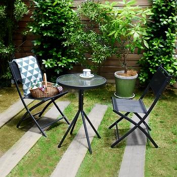 シックな色合いと、ガラスの天板が涼しげなアイテム。テーブルは直径50cm×高さ70cm、チェアは幅44cm×高さ78.5cmです。ベランダにちょうど良いサイズですね。