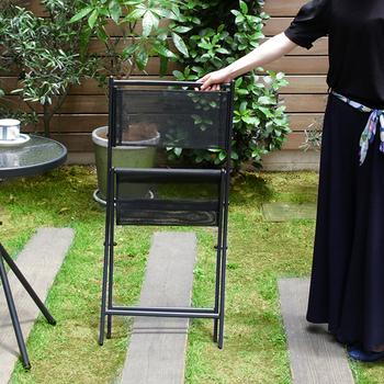 チェアは折り畳めるので、持ち運びも収納も楽々♪背もたれと座面はメッシュ素材なので、蒸れにくく快適に座れます。