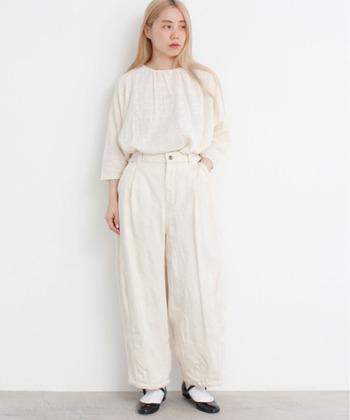 ファッションアイテムの定番になりつつあるホワイトデニムは、ホワイトのトップスと合わせてワントーンコーでにしてみてはいかがでしょうか。これからの季節にもぴったりですよ♪こなれ感のあるコーディネートでおしゃれ上級者になりましょう。