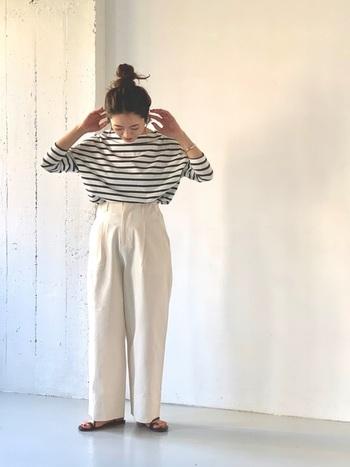 ボーダーTシャツとホワイトデニムは相性抜群!ボリューム感のあるデニムには、細みのトップスもいいですが、たっぷりしたものを合わせてウエストの細さを強調してみるのもおすすめです。