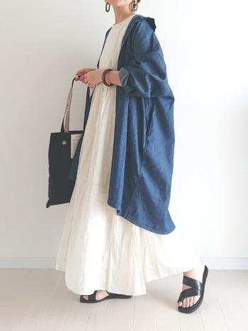 ロング丈のワンピースには、同じくロング丈のデニムシャツを合わせて。丈の長さを合わせることでバランスよく着こなすことができます。