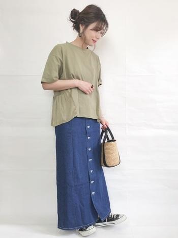 さらっとした素材のデニムスカートには、Tシャツを1枚合わせてカジュアルに♪お出かけにはもちろん、公園でピクニックなどにもぴったりです。