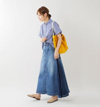 ギャザーのたっぷり入ったデニムスカートは、ボリューム感のあるシルエットに。カジュアルなチェックシャツも大人っぽく着こなすことができます。