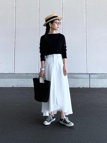 ホワイトのデニムスカートは黒いトップスと合わせてモノトーンコーデに。小物のカラーも合わせて、より統一感を出すと◎ロング丈のホワイトデニムスカートは、全体が明るい雰囲気になるのでこれからの季節にも最適です。