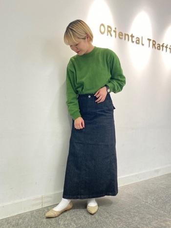 濃いめのデニムスカートには明るい色味のトップスを合わせると相性抜群です。ビビット系のぱきっとしたカラーを合わせて、気分を上げてみてはいかがでしょうか。