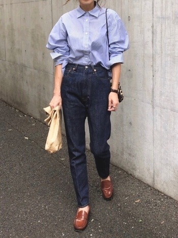 ハイウエストデニムはここ最近ずっと人気のあるアイテム。明るいブルーのブラウスをインして着ることで、スタイルがよく見えるコーディネートになっています。綺麗目なブラウスは細みのデニムと合わせるとバランスがいいですよ。