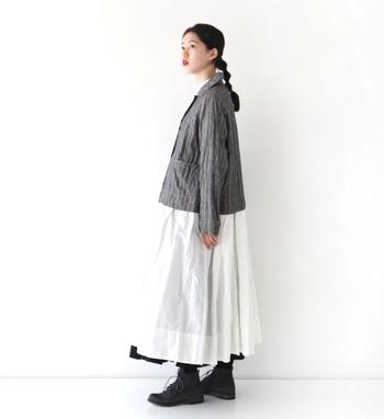 ストライプ柄のリネンジャケットは、知的で上品な印象を与えてくれます。マニッシュになりがちですが、ワンピースやスカートと合わせるとナチュラルなコーデに仕上がります。