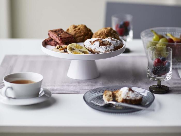 テーブルの中央にたたずむ、ケーキスタンドはおしゃれで存在感がありますね。いつものティータイムも、スタンドにお菓子を置くだけで、一気に本格的な印象になります。  マドレーヌやフィナンシェ、クッキーなどの洋菓子、フルーツをレイアウトしてもカラフルで素敵です。  味はもちろん、ティータイムの空間を楽しめるアイテムとしてぜひ取り入れてみてはいかがでしょうか?