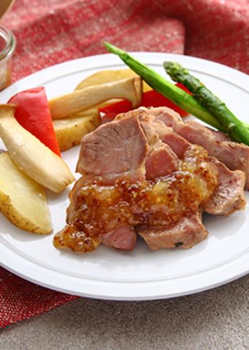 ローズマリーや白ワインでマリネした豚肉を、ジューシーなローストポークに。豚肉に合うフルーティで爽やかなアップルソースを添えていただきます。