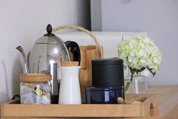 ティーセットはまとめて収納しておくと、次に使うときも手軽にお茶が楽しめます。フチのあるトレイや滑らないトレイにセットして、1度に運べるようにするのがおすすめです。