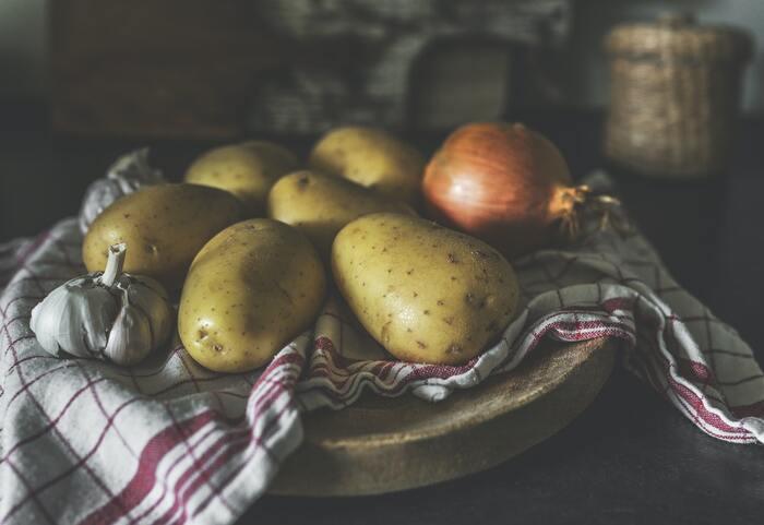 じゃがいも、人参、玉ねぎなど、日持ちが効いてなおかついろいろなメニューに使いやすい定番野菜を常備しておくと便利。