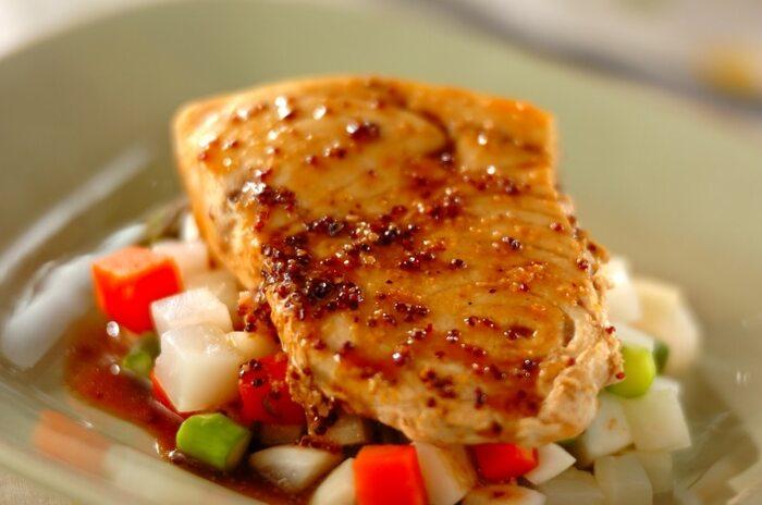 粒マスタードのソースは、魚介にもよく合います。こちらは、めかじきのソテーに、しょうゆ・酢と粒マスタードを合わせた和風テイストのソースをからめています。覚えておくと、いろんな肉・魚に応用がきくソースです。