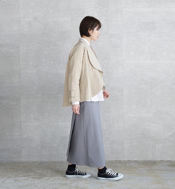 丸いシルエットのケープコート型のジャケットは、女性らしい可愛さを引き立ててくれます。トップスにボリューム感が出るので、タイトなスカートやボトムスとの相性がgoodです。