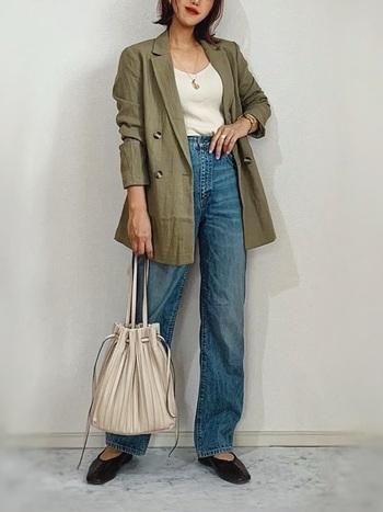 ファストファッションの大人気ブランドZARAやH&Mは、デザイン性が高いアイテムが揃っています。シンプルな着こなしでもサマになるのは、シルエットがカッコイイから。サッと羽織ってリネンジャケットをデイリーで着こなしましょ。